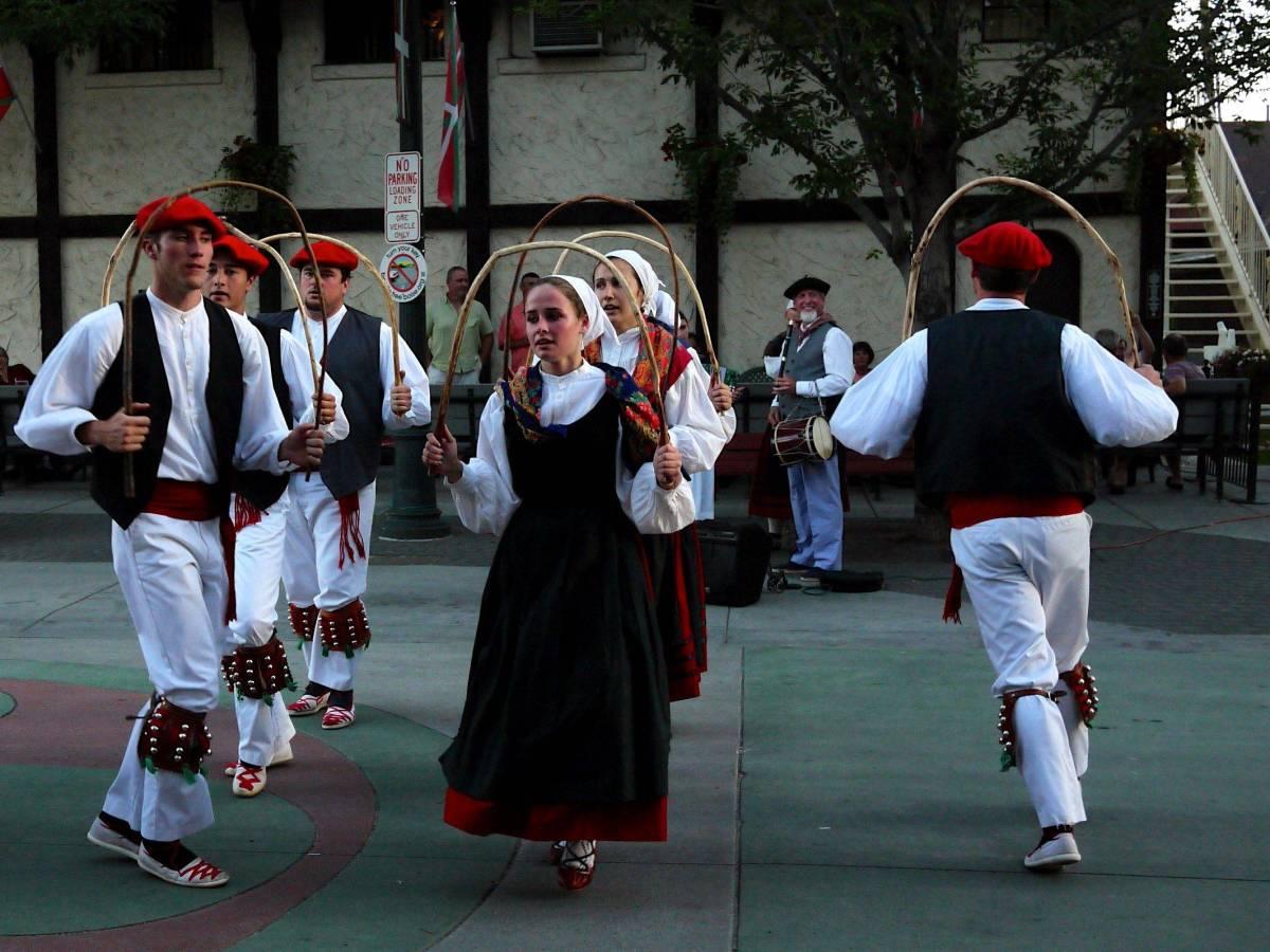 Basque dancers, Boise. photo credit: https://www.flickr.com/photos/umnak